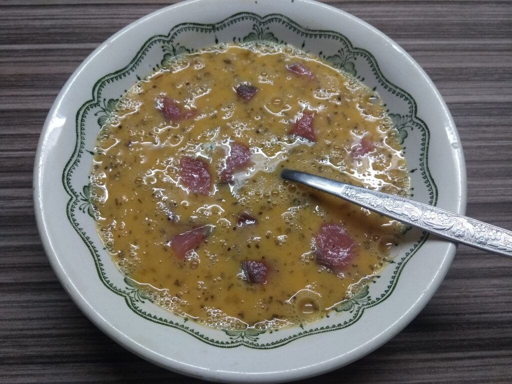 Фото рецепта - Омлет с лососем и голубым сыром - шаг 3