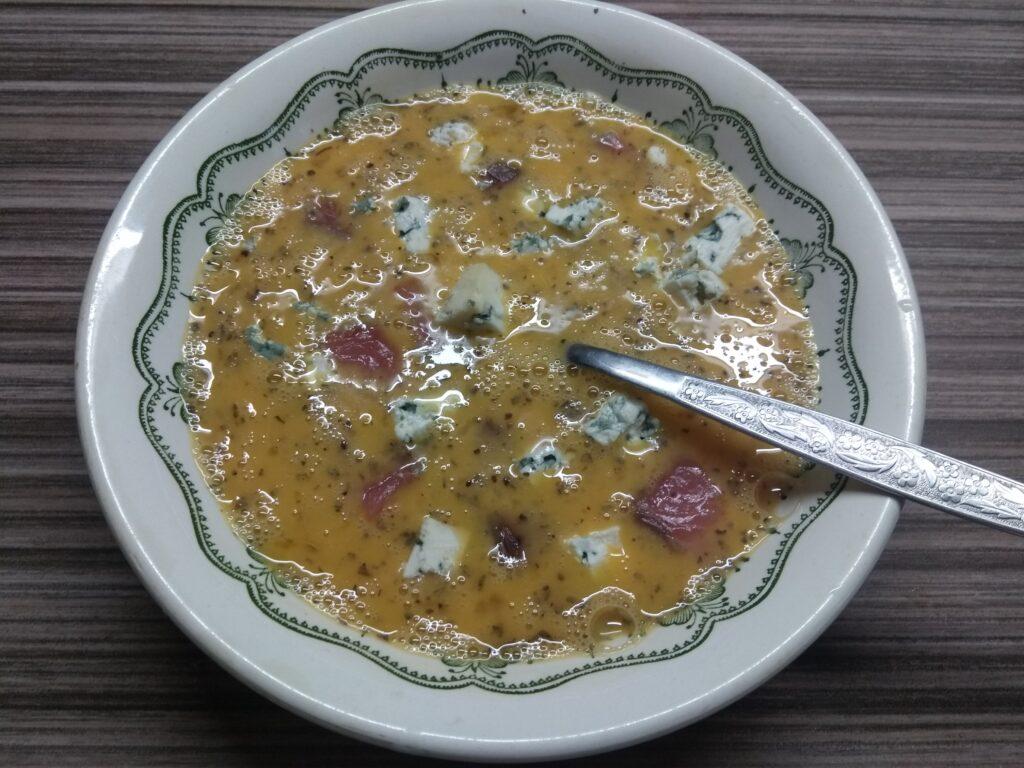 Фото рецепта - Омлет с лососем и голубым сыром - шаг 4
