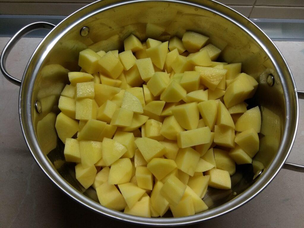 Фото рецепта - Картофельное рагу с черносливом и свининой - шаг 1