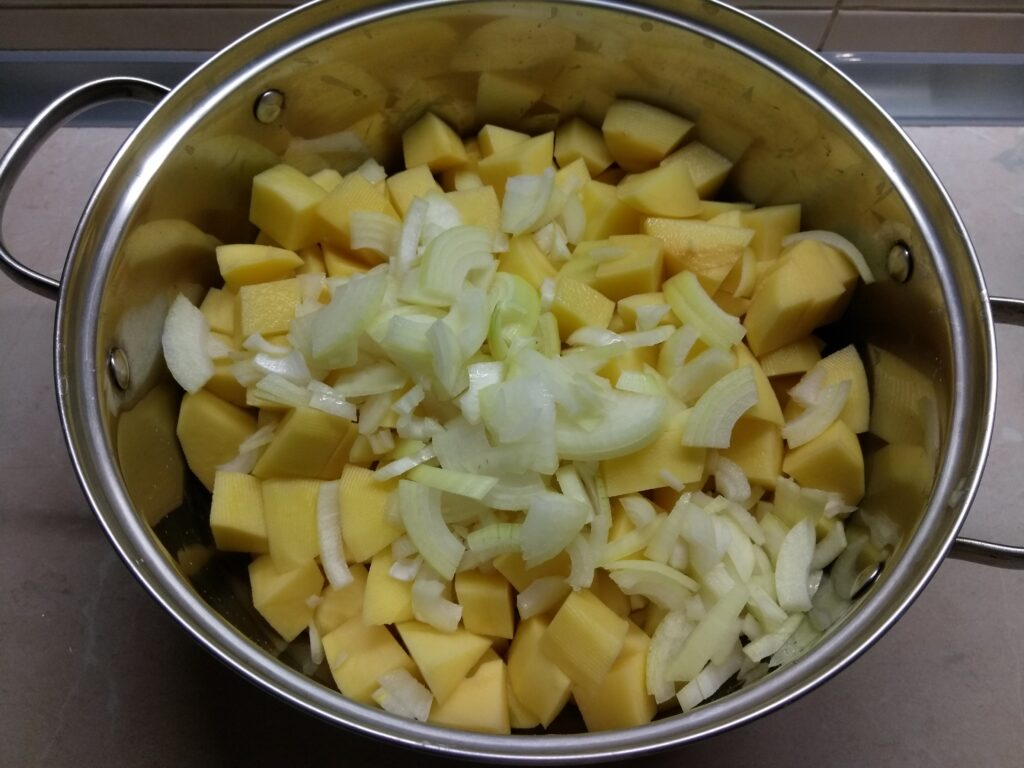 Фото рецепта - Картофельное рагу с черносливом и свининой - шаг 2