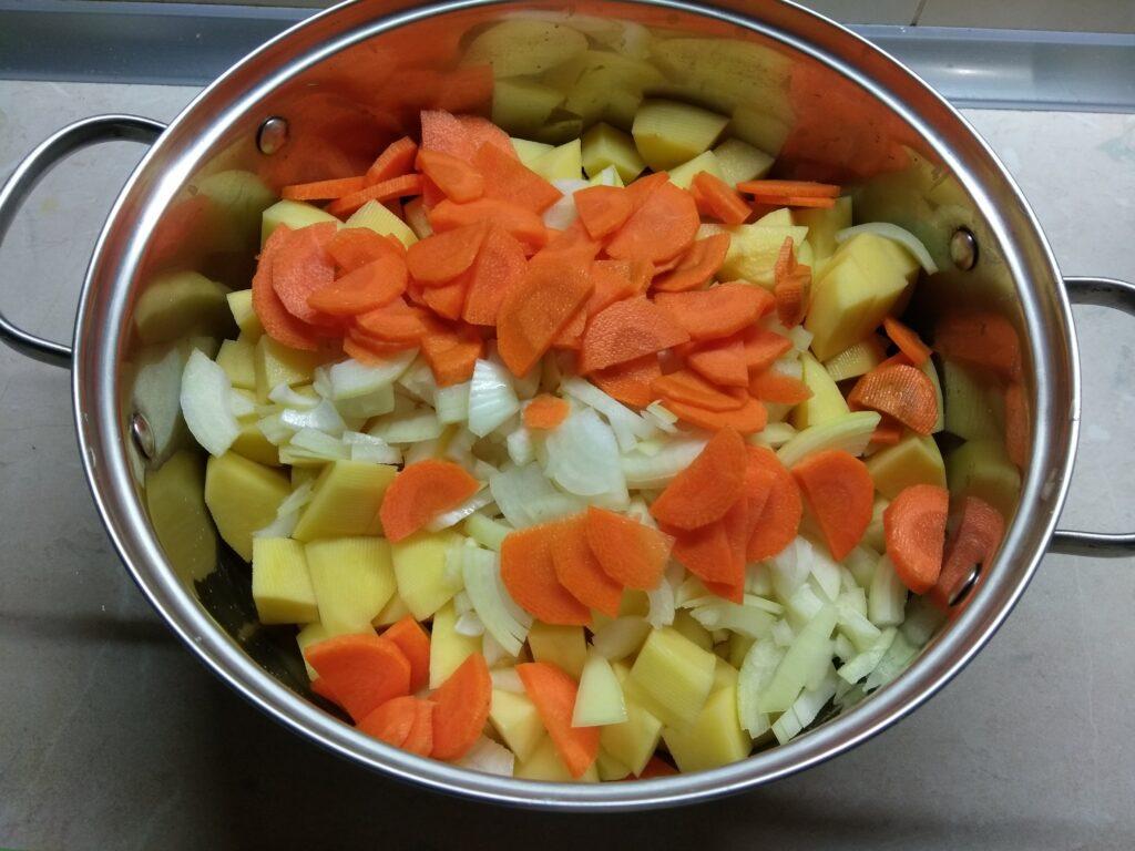 Фото рецепта - Картофельное рагу с черносливом и свининой - шаг 3