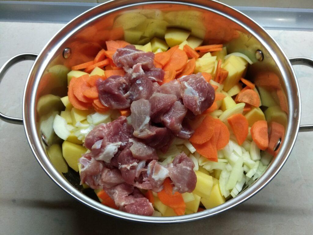 Фото рецепта - Картофельное рагу с черносливом и свининой - шаг 4