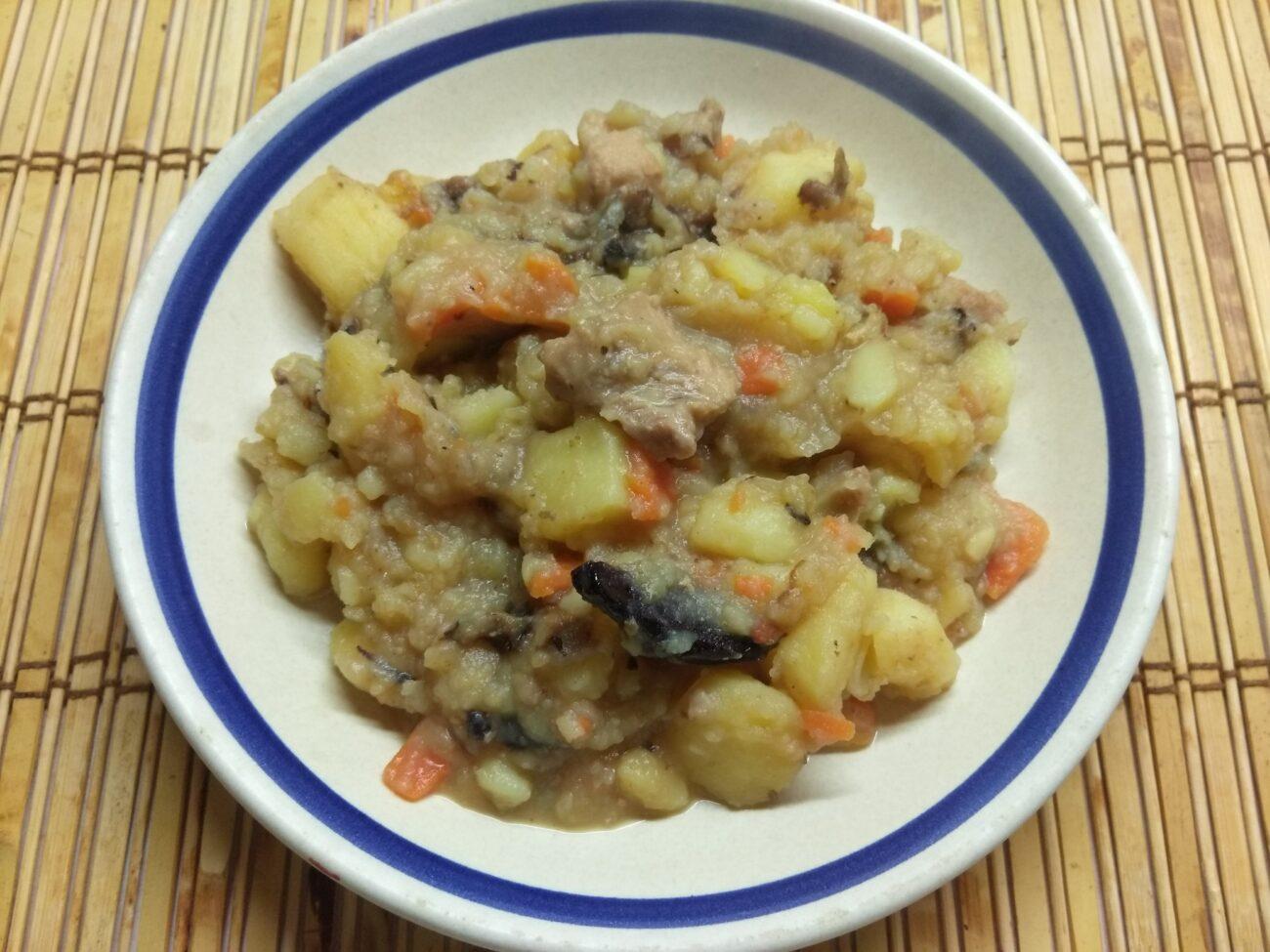 Картофельное рагу с черносливом и свининой
