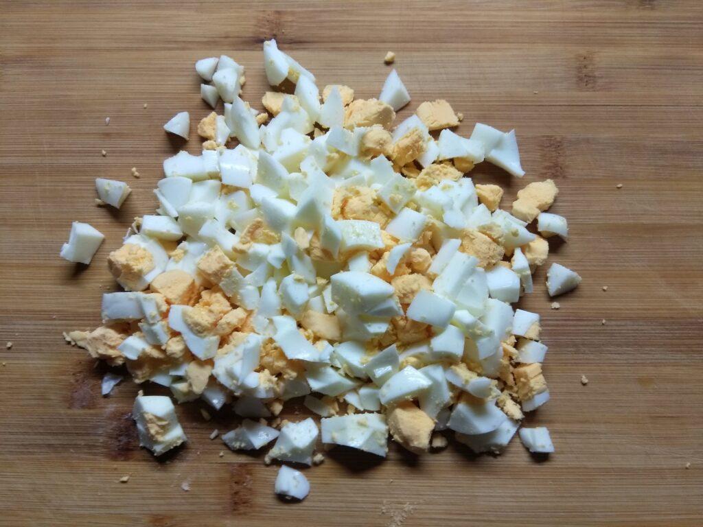 Фото рецепта - Салат с крабовым палочками, яблоками и зеленым луком - шаг 1