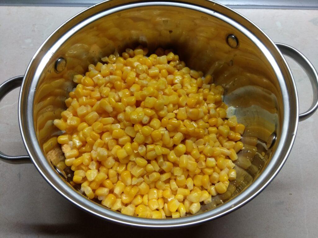 Фото рецепта - Салат с крабовым палочками, яблоками и зеленым луком - шаг 2