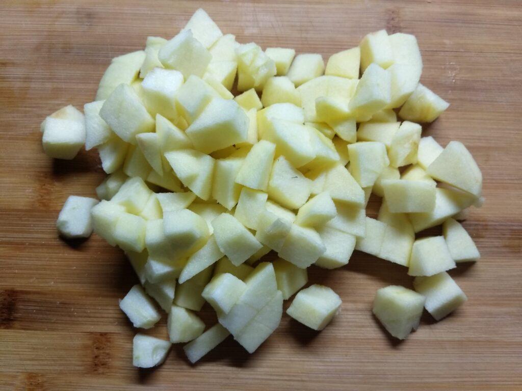 Фото рецепта - Салат с крабовым палочками, яблоками и зеленым луком - шаг 4