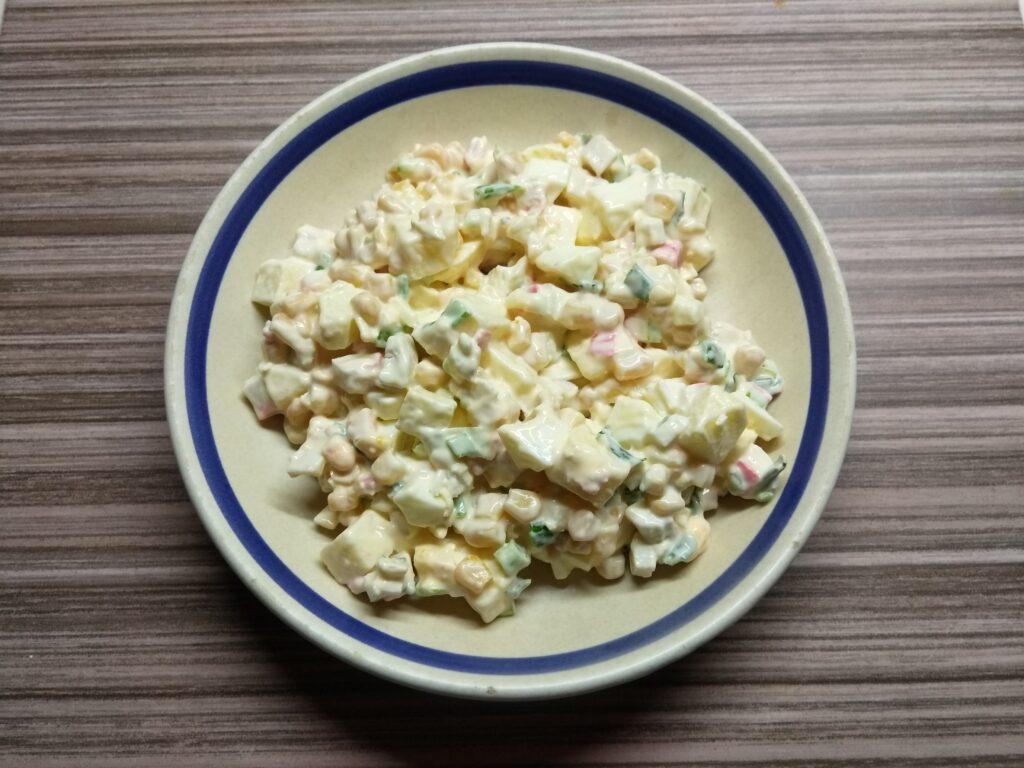 Фото рецепта - Салат с крабовым палочками, яблоками и зеленым луком - шаг 6