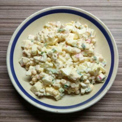 Салат с крабовым палочками, яблоками и зеленым луком - рецепт с фото