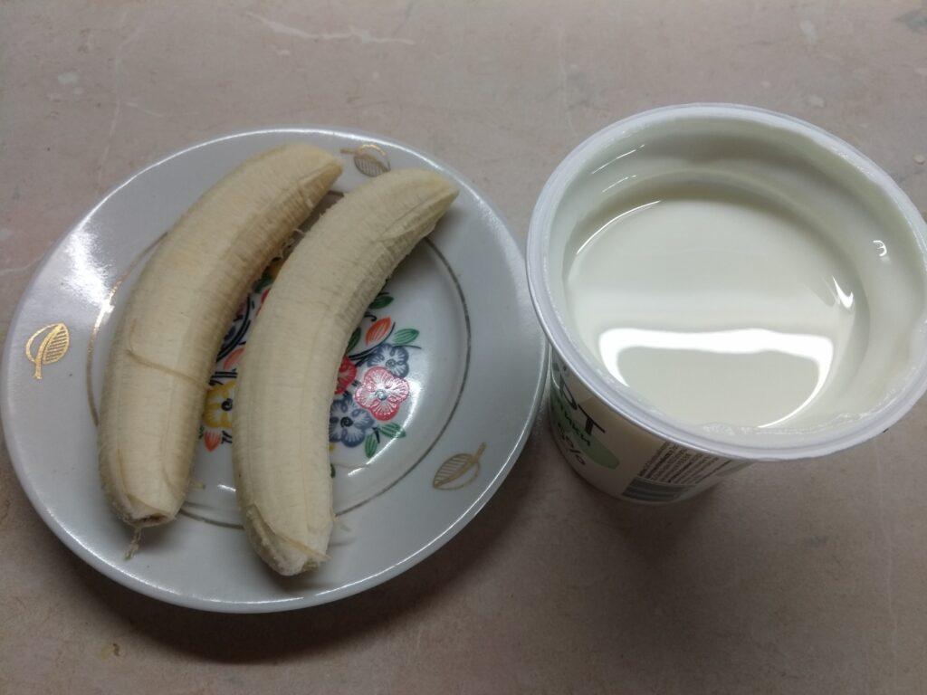 Фото рецепта - Десерт без выпечки из печенья, йогурта и бананов - шаг 2