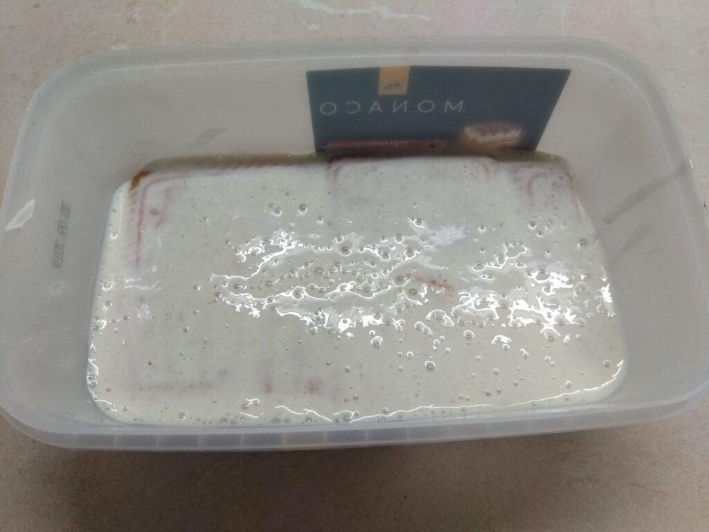Фото рецепта - Десерт без выпечки из печенья, йогурта и бананов - шаг 3