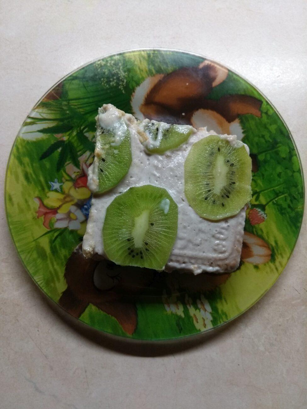 Десерт без выпечки из печенья, йогурта и бананов