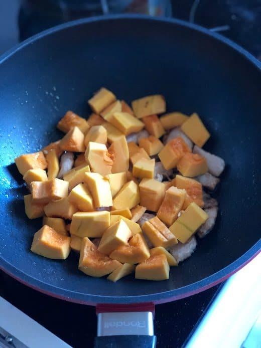 Фото рецепта - Сливочная паста с тыквой, грибами и курицей - шаг 7