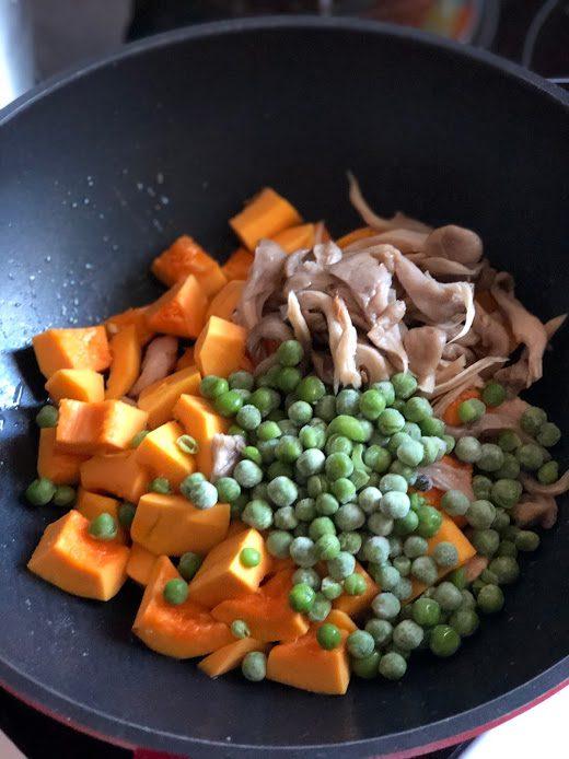 Фото рецепта - Сливочная паста с тыквой, грибами и курицей - шаг 8