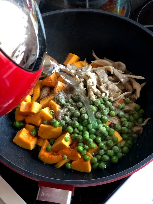 Фото рецепта - Сливочная паста с тыквой, грибами и курицей - шаг 9
