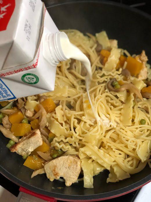 Фото рецепта - Сливочная паста с тыквой, грибами и курицей - шаг 12