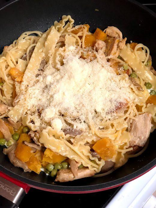 Фото рецепта - Сливочная паста с тыквой, грибами и курицей - шаг 13
