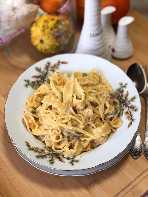 Сливочная паста с тыквой, грибами и курицей