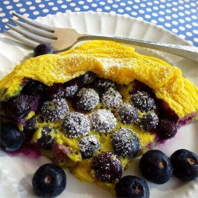 Яичный пирог с черникой в микроволновке - рецепт с фото