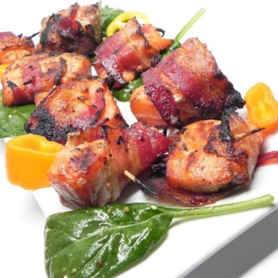 Мини-шашлыки из маринованного лосося в беконе - рецепт с фото