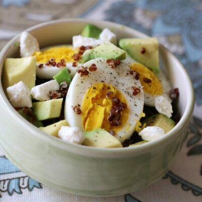 Каша из киноа с авокадо и яйцом - рецепт с фото