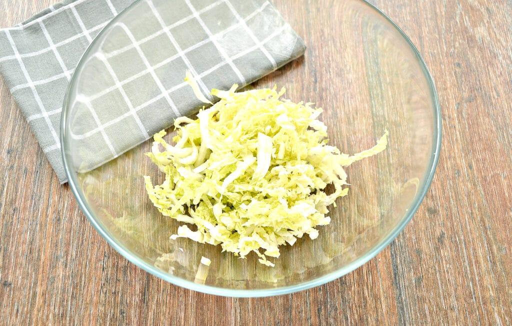 Фото рецепта - Капустный салат с курицей и кукурузой - шаг 1