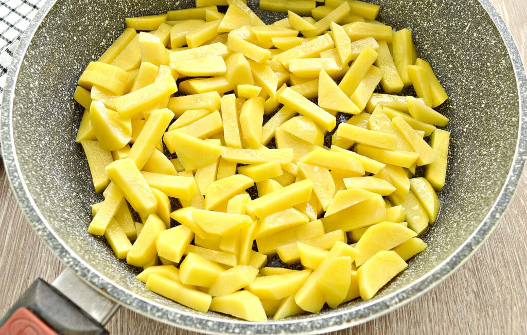 Фото рецепта - Картофель на сковороде с шампиньонами и помидорами - шаг 1