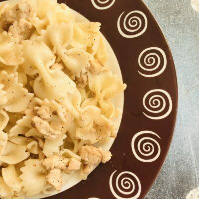 Фарфалле с куриным филе и сметаной - рецепт с фото