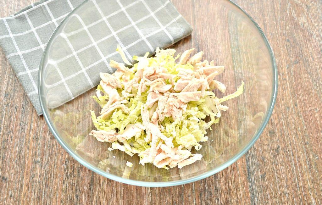 Фото рецепта - Капустный салат с курицей и кукурузой - шаг 2