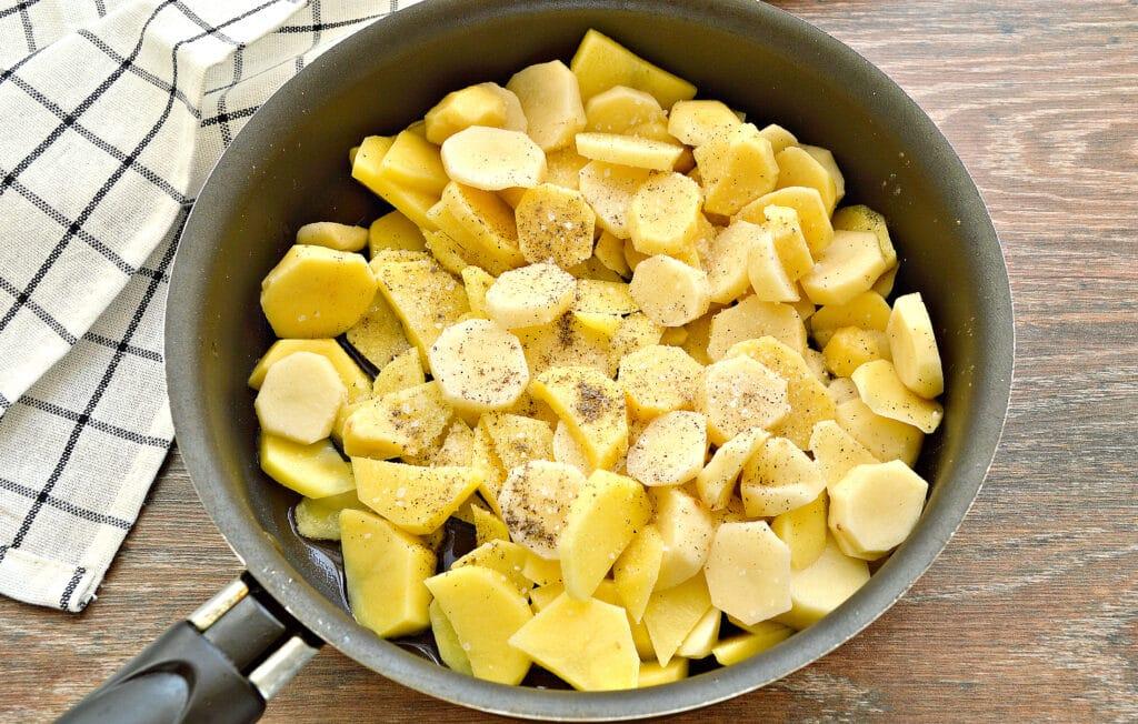 Фото рецепта - Жареный картофель с луком и колбасой - шаг 2
