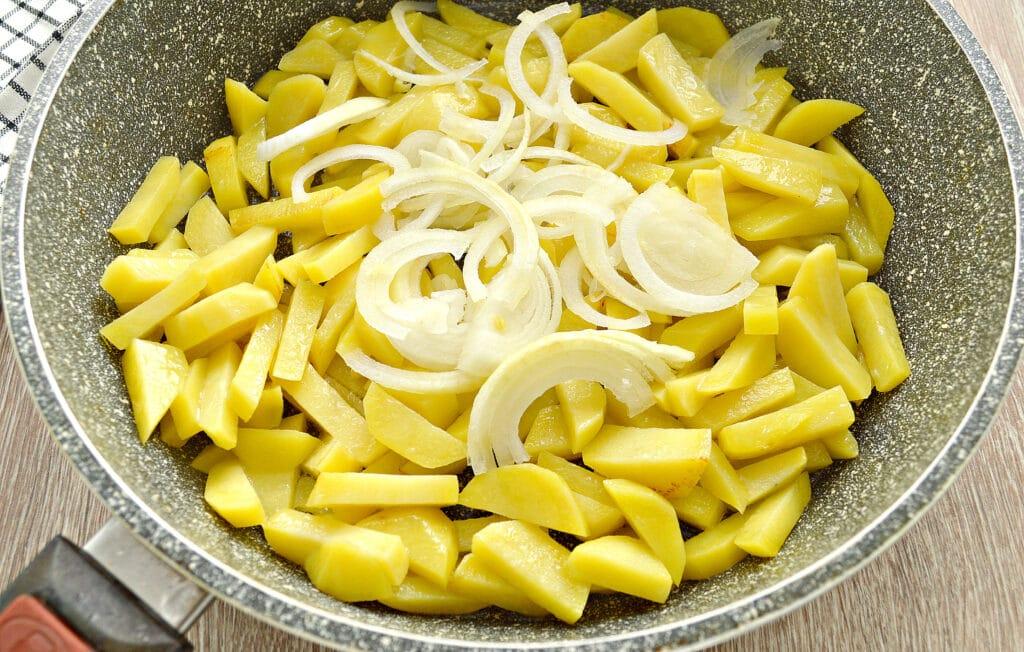 Фото рецепта - Картофель на сковороде с шампиньонами и помидорами - шаг 2
