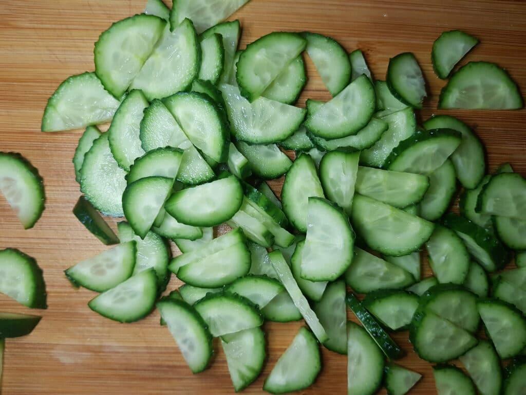 Фото рецепта - Салат из свежего огурца и редиски - шаг 2
