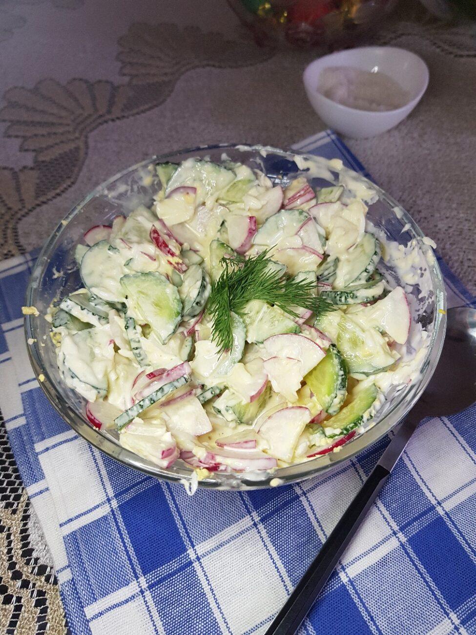 Салат из свежего огурца и редиски