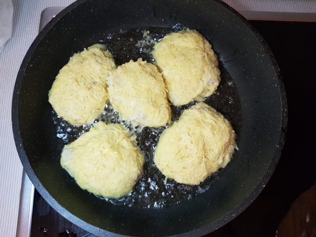 Фото рецепта - Минтай в картофельной панировке (котлеты) - шаг 5