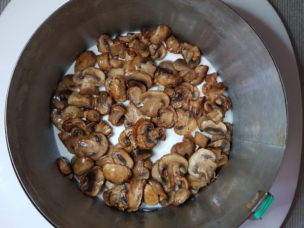 """Фото рецепта - Салат """"Нежность"""" со свежим огурцом и жареными грибами - шаг 4"""