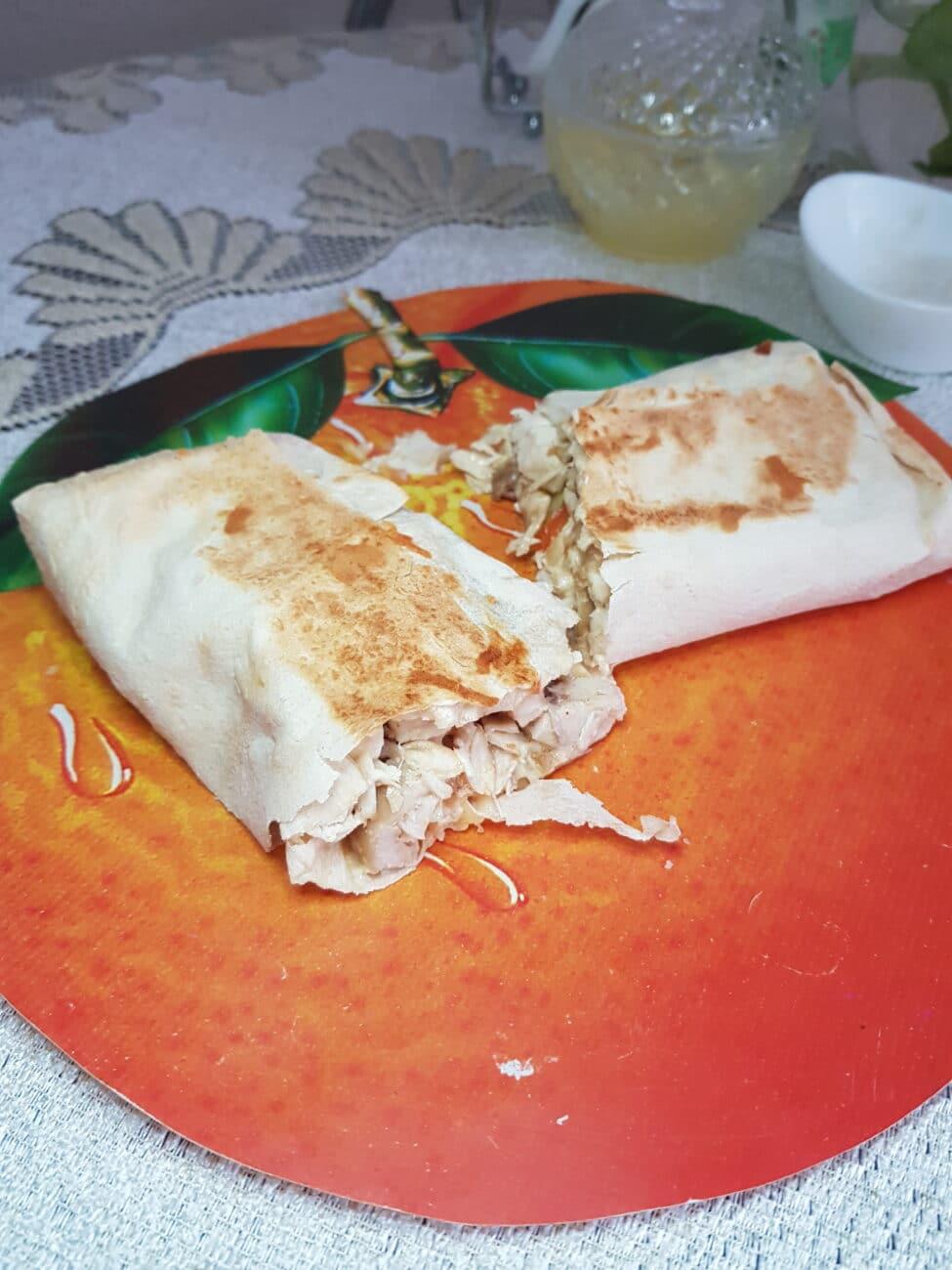 Шаурма с куриной грудкой, овощами и сыром