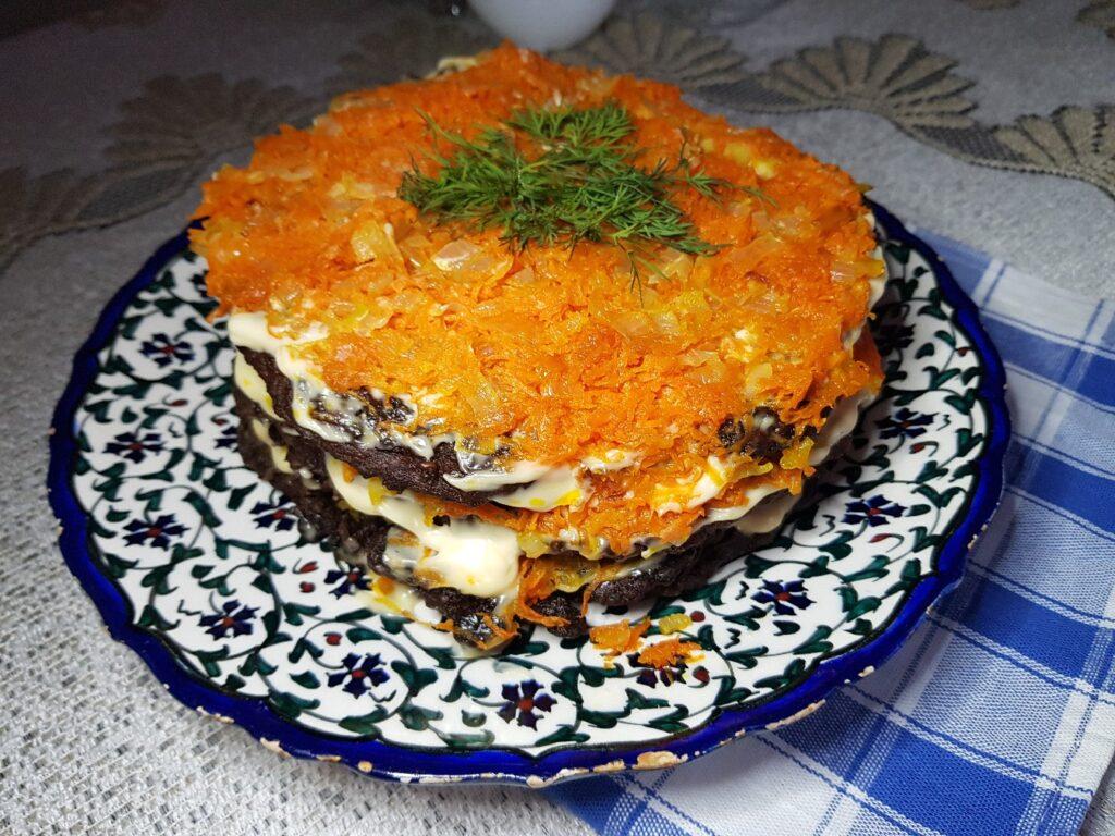 Фото рецепта - Печёночный торт с морковью и луком - шаг 7