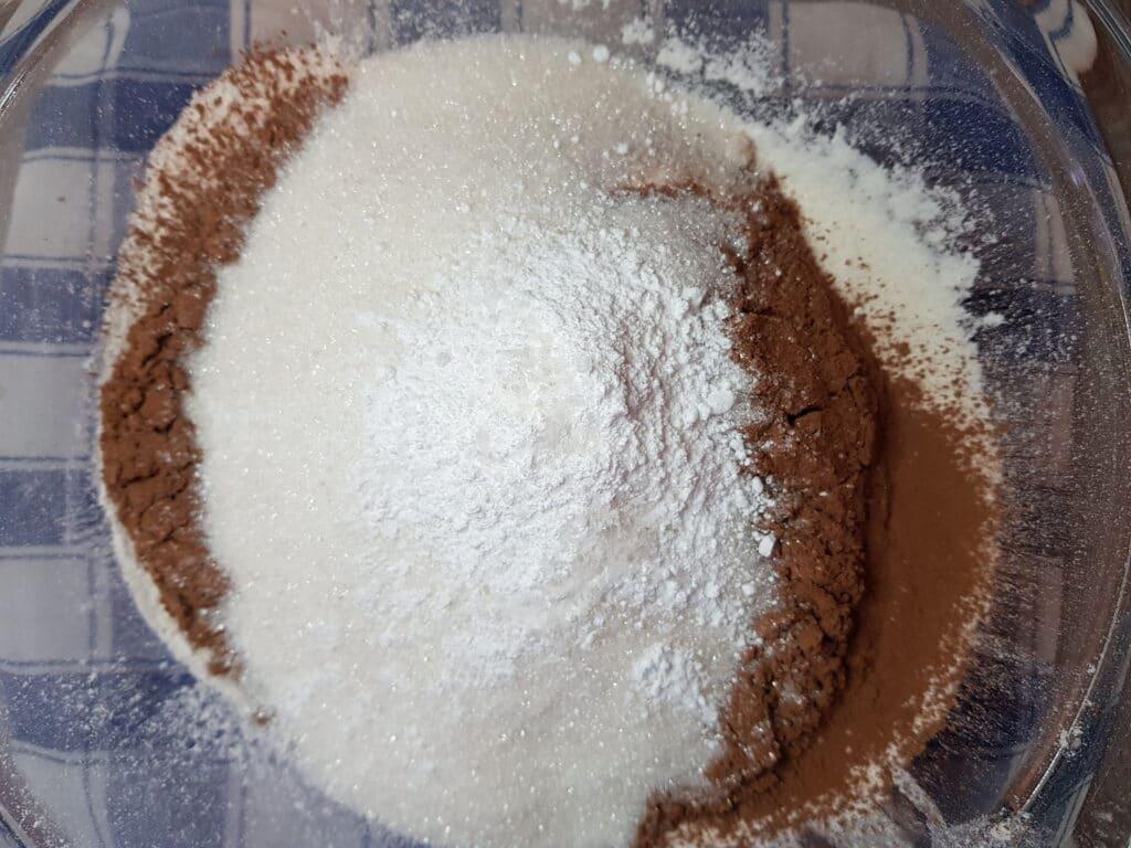 Фото рецепта - Шоколадный пирог с ганашем на сливках - шаг 1