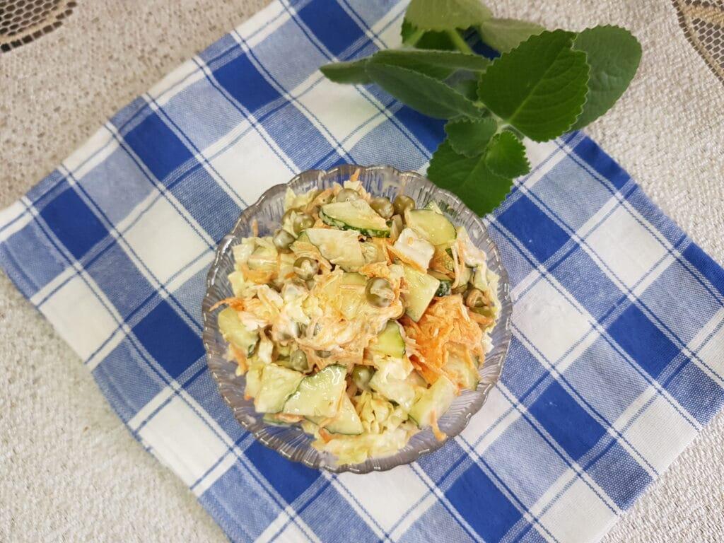 Фото рецепта - Овощной салат с пекинской капустой и зелёным горошком - шаг 5