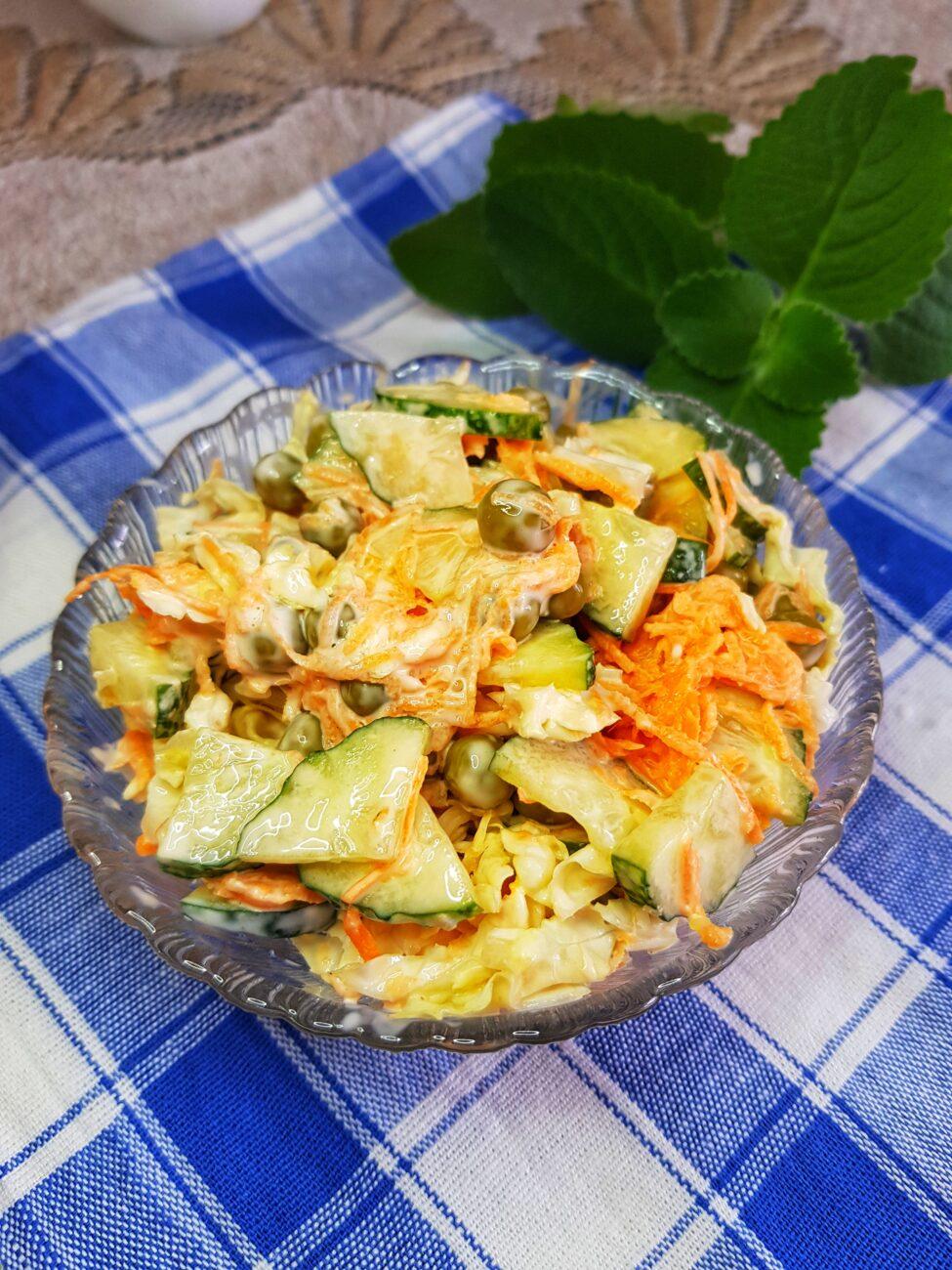 Овощной салат с пекинской капустой и зелёным горошком
