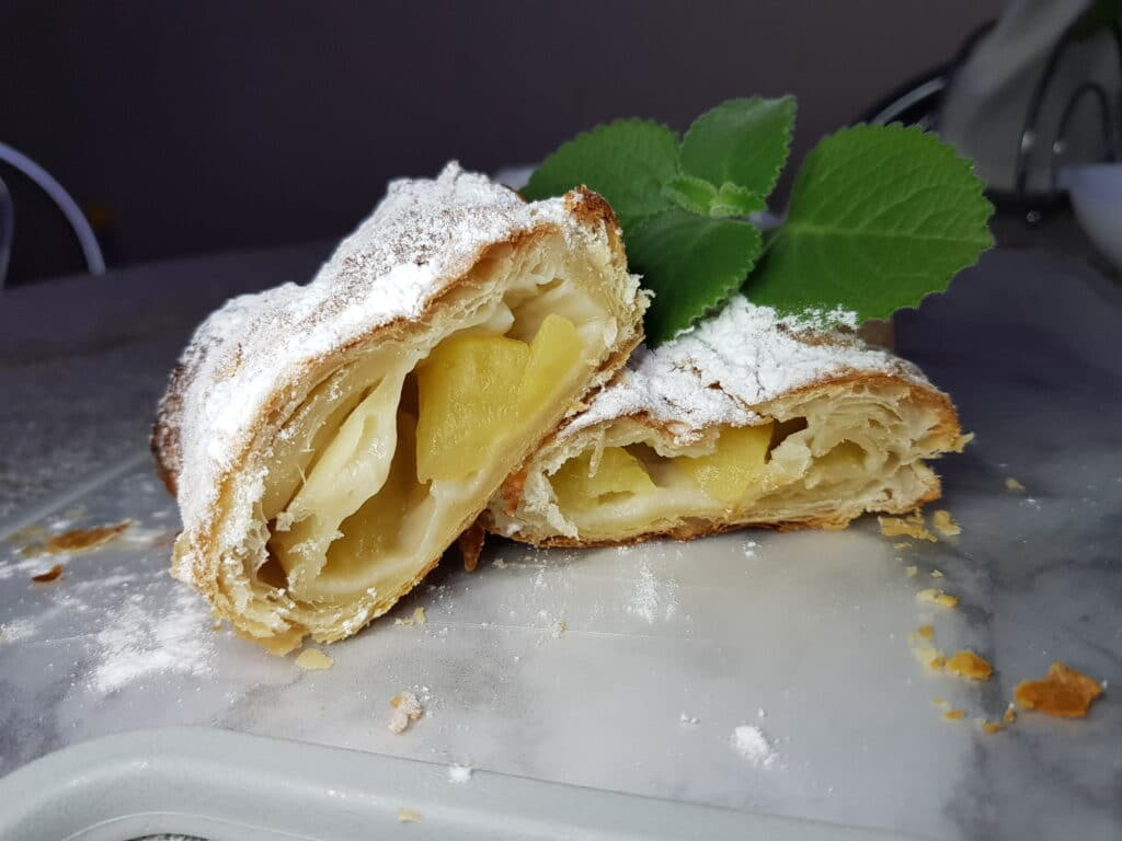 Фото рецепта - Рулет с яблоками на бездрожжевом слоеном тесте - шаг 5