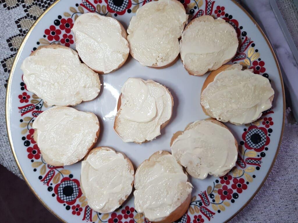 Фото рецепта - Бутерброды со шпротами и свежим огурцом - шаг 3