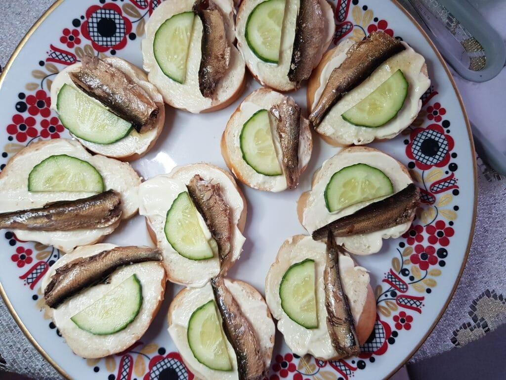 Фото рецепта - Бутерброды со шпротами и свежим огурцом - шаг 4