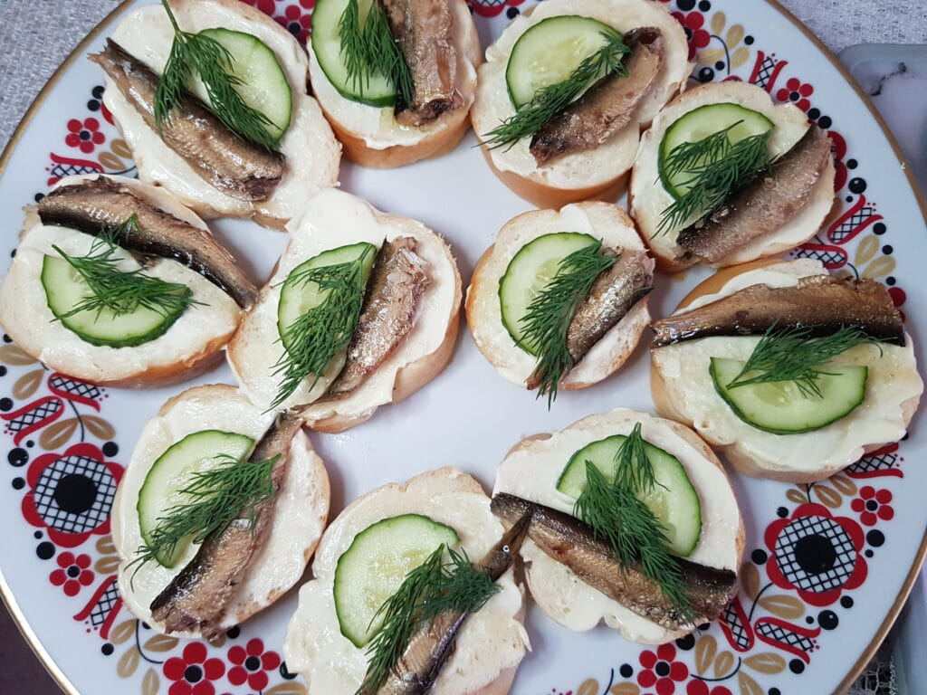 Фото рецепта - Бутерброды со шпротами и свежим огурцом - шаг 5