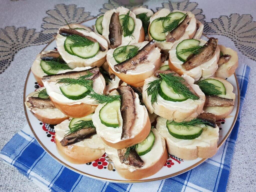 Фото рецепта - Бутерброды со шпротами и свежим огурцом - шаг 6