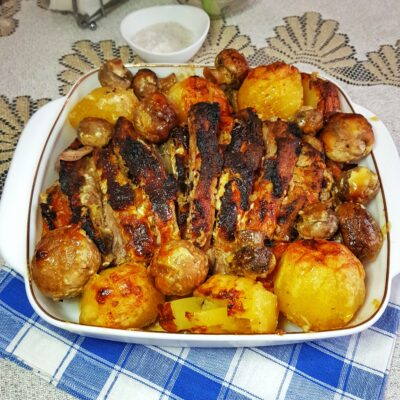 """Запеченный """"веер"""" из свинины с помидорами и грибами - рецепт с фото"""