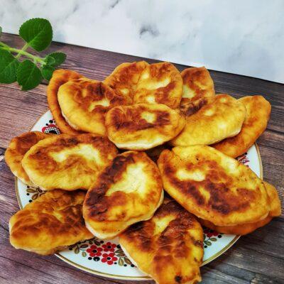 Жареные пирожки с картошкой на дрожжевом тесте - рецепт с фото