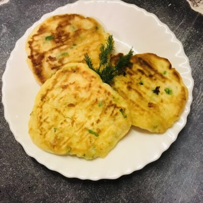 Оладушки на кефире с зелёным луком и сыром - рецепт с фото