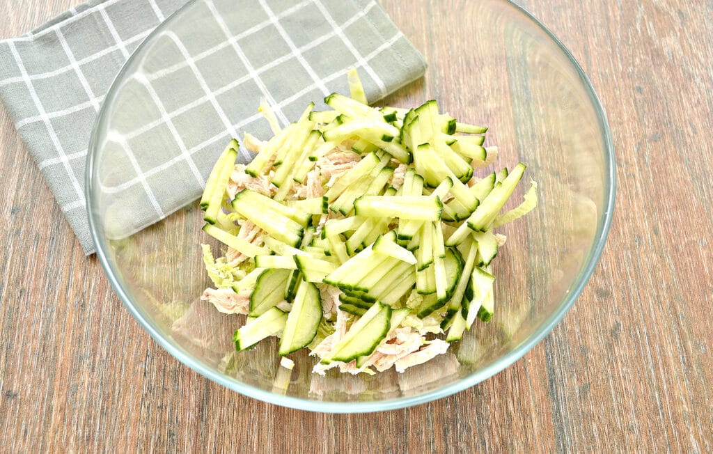 Фото рецепта - Капустный салат с курицей и кукурузой - шаг 3