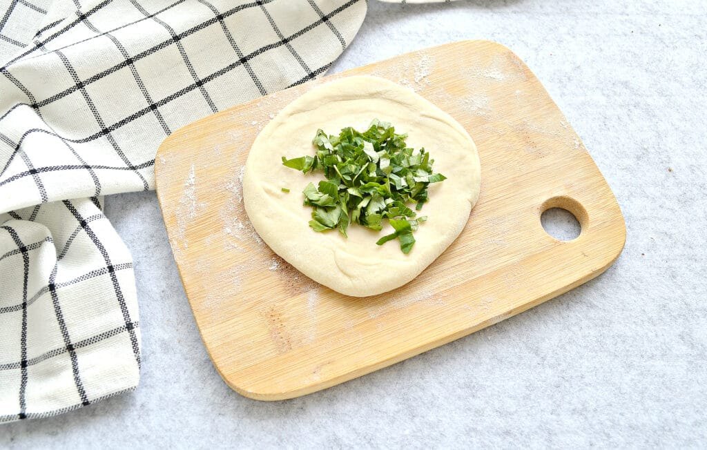Фото рецепта - Лепешки на кефире с зеленью - шаг 3