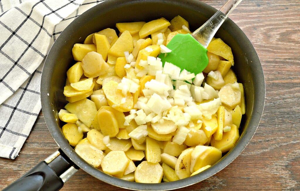 Фото рецепта - Жареный картофель с луком и колбасой - шаг 3